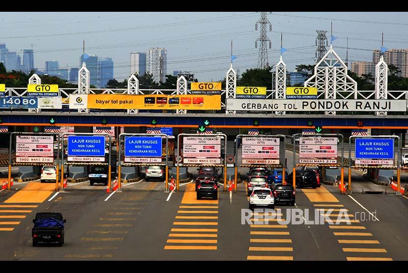 Sejumlah mobil memasuki gerbang tol ruas Serpong-Pondok Aren, di Gerbang Tol Pondok Ranji, Ciputat, Tangerang Selatan, Banten, Rabu (6/12). Ruas Tol Serpong-Pondok Aren merupakan salah satu jalan tol yang akan mengalami kenaikan harga sebesar Rp500. Kenaikan tarif tol tersebut akan berlaku mulai tanggal 8 Desember 2017.