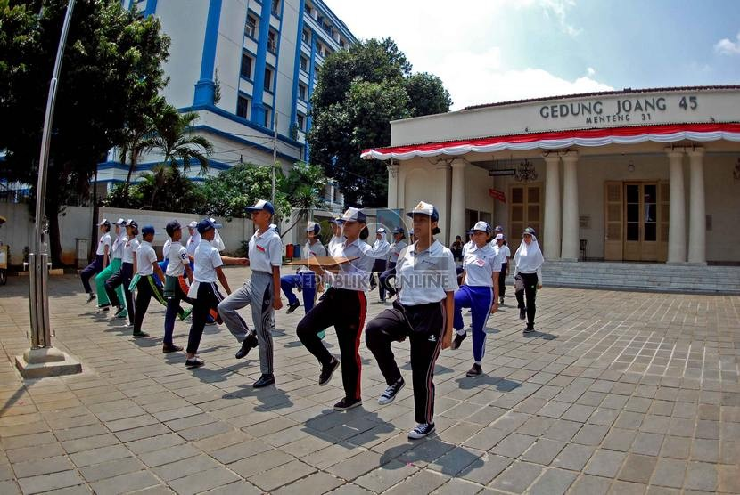 Sejumlah murid SMP terpilih se-Jabodetabek berlatih upacara bendera di Gedung Joang 45, Menteng, Jakarta Pusat, Rabu (13/8).     (Republika/Raisan Al Farisi)