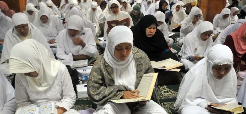 Sejumlah muslimah mengikuti Khatam Al-Qur'an bersama Hafidzah Institut Ilmu Qur'an (IIQ) di Masjid Agung Sunda Kelapa, Jakarta Pusat, Sabtu (16/7). Kegiatan yang diadakan oleh Majelis Ta'lim Mihrab Qolbi ini untuk menyambut datangnya Bulan Suci Ramadhan.