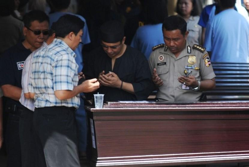 Sejumlah orang mendoakan jenazah kerabatnya yang menjadi korban jatuhnya pesawat Sukhoi SJ100 di Rumah Sakit Polri, Jakarta