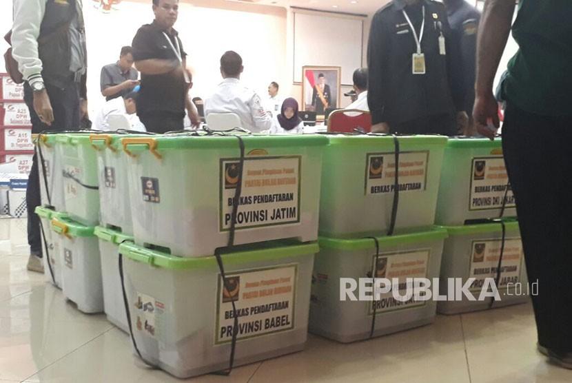 Sejumlah partai melakukan proses penyerahan berkas di Kantor Pusat KPU, Menteng, Jakarta, Senin (20/11).