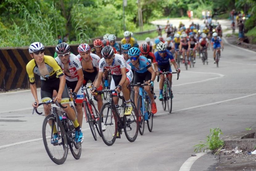 Sejumlah pebalap melewati tanjakan pada etape kedua Tour de Singkarak 2017, di Sitinjau Laut, Padang, Sumatera Barat, Minggu (19/11).