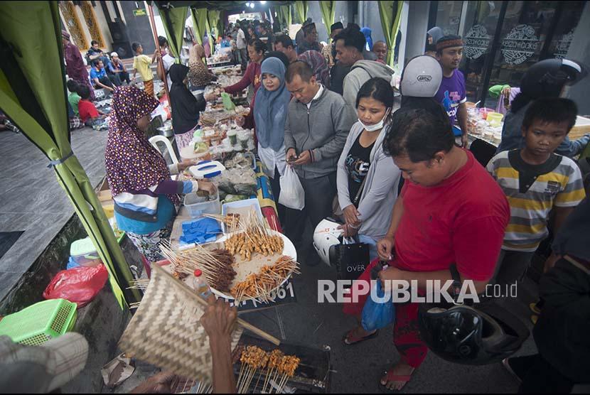 Sejumlah pedagang menawarkan beragam makanan dan minuman untuk berbuka puasa di Denpasar, Bali.