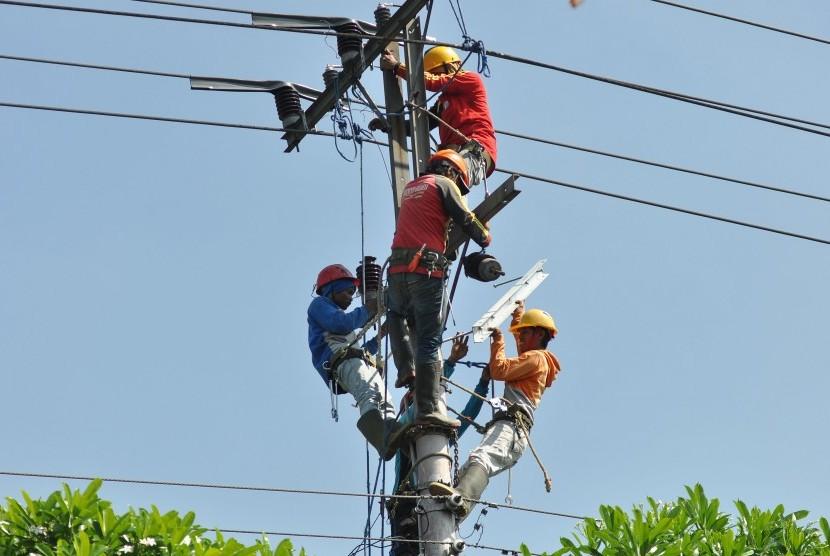 Sejumlah pekerja memperbaiki instalasi jaringan listrik (ilustrasi).