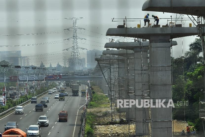 Sejumlah pekerja menyelesaikan pembangunan proyek kereta ringan atau Light Rail Transit (LRT) rute Cibubur-Cawang di Tol Jagorawi, Kampung Makasar, Jakarta, Kamis (10/8).