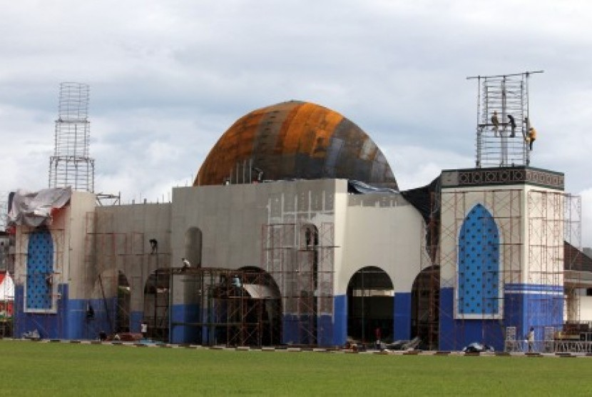 Sejumlah pekerja sementara menyelesaikan pembangunan panggung utama Musabaqah Tilawatil Quran (MTQ) Tingkat Nasional XXIV yang dipusatkan di Lapangan Merdeka, Ambon, Maluku, Kamis (31/5).