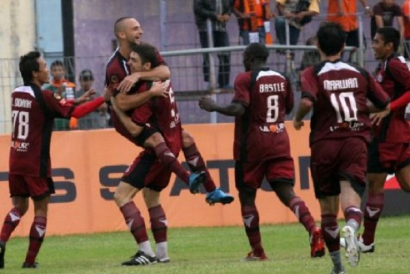 sejumlah pemain PSM Makassar meluapkan kegembiraan usai mencetak gol.