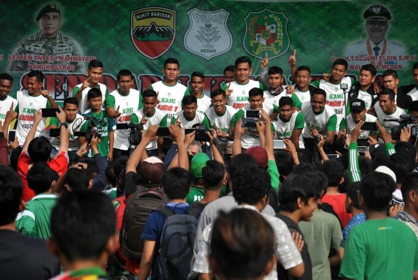 Sejumlah pemain PSMS Medan berfoto bersama ketika tiba di Medan, Sumatra Utara, Kamis (30/11) usai menjuarai Liga 2 Indonesia.