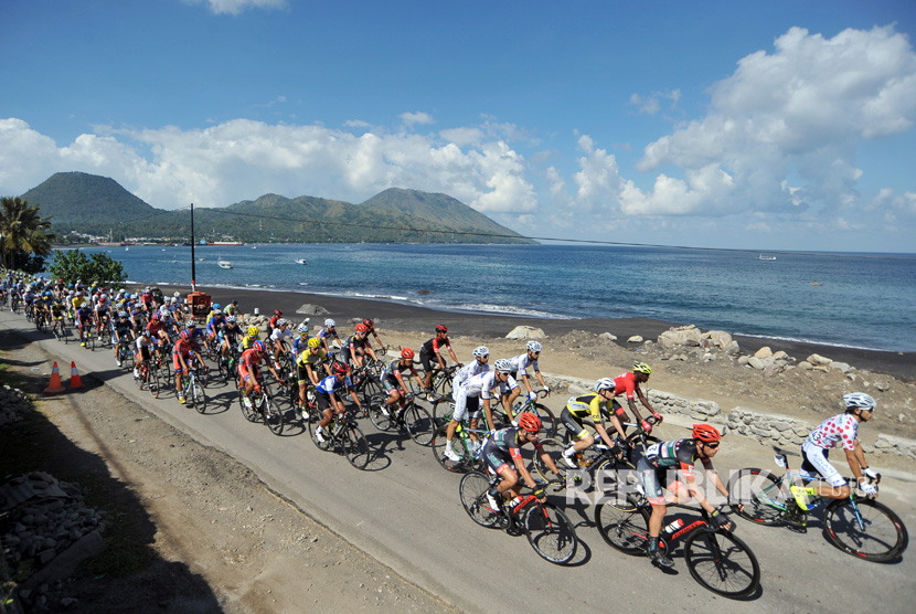 Cyclists cross the Ende beach on third stage of Tour de Flores (TDF) 2017 at Ende, East Nusa Tenggara, on Sunday (July 16).