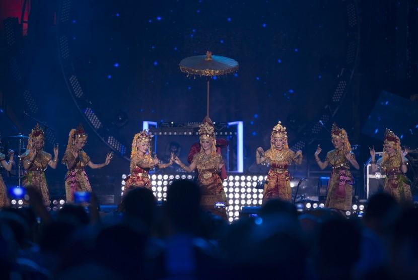Sejumlah penari membawakan tarian gending Sriwijaya saat tampil dalam acara Countdown Asian Games 2018 di pelataran Benteng Kuto Besak (BKB) Palembang, Sumatera Selatan, Jumat (18/8).