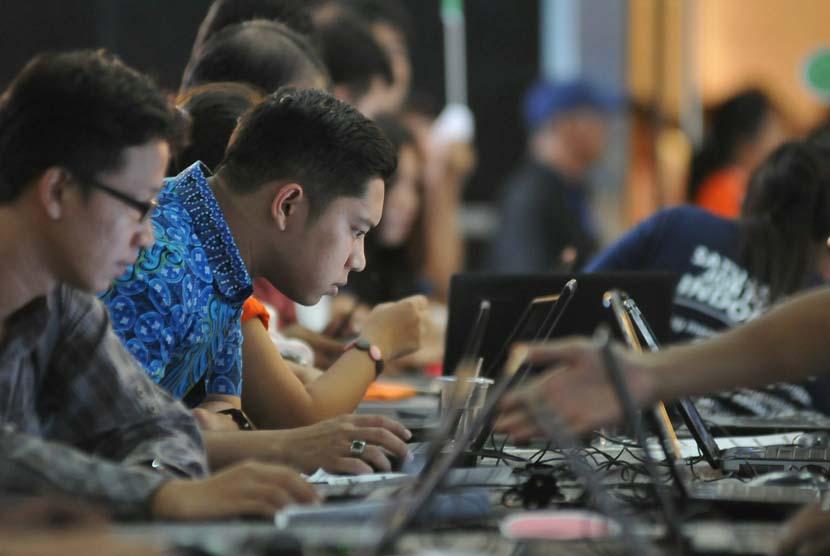 Sejumlah pencari kerja mencari informasi lowongan kerja di stand pameran bursa kerja (Job Fair) di Jakarta, Jumat (13/6).