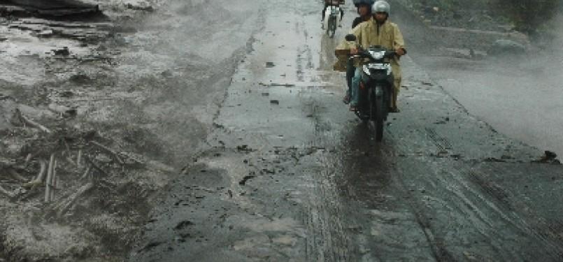 Sejumlah pengendara melintasi dam Morangan saat terjadi banjir lahar dingin, di Morangan, Sindumartani, Ngemplak, Sleman, Yogyakarta, Rabu (9/11).