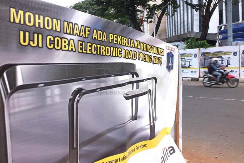 Sejumlah pengendara melintasi proyek pembuatan Electronic Road Prising (ERP) di Jalan Jendral Sudirman, Jakarta Pusat, Jumat (4/7).(Republika/Rakhmawaty La'lang).