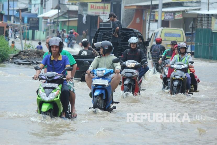 Kemensos Salurkan Rp 900 Juta ke Korban Bencana di Jabar