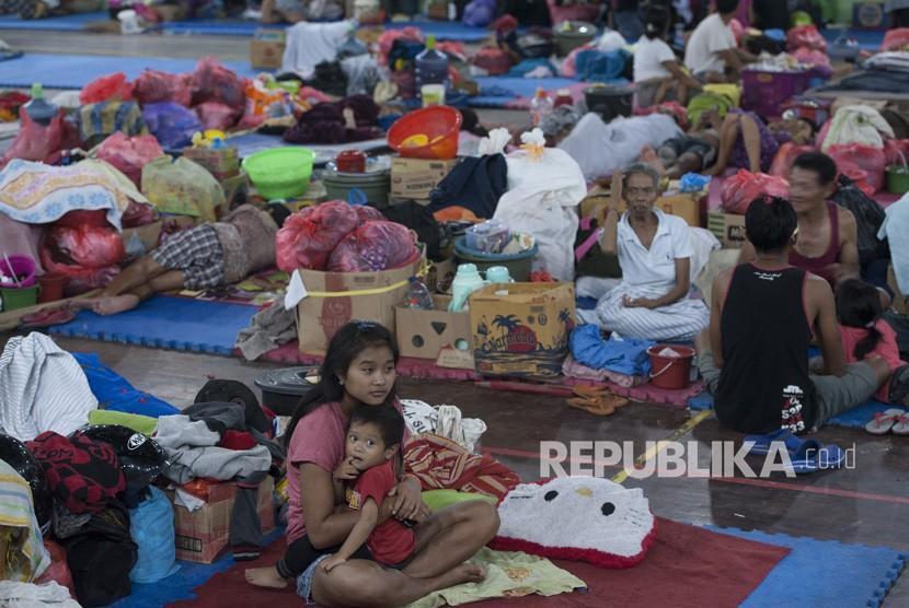 Sejumlah pengungsi Gunung Agung berada di tempat penampungan GOR Suwecapura, di Klungkung, Bali, Selasa (21/11).