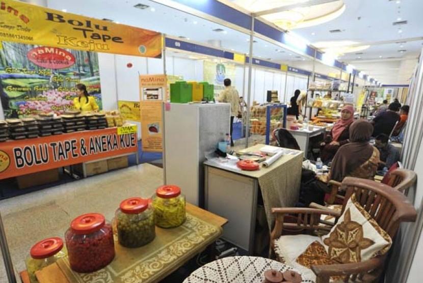 Sejumlah pengunjung melihat-lihat makanan dan minuman produksi usaha kecil dan menengah (UKM) saat pameran Koperasi dan UKM Makanan, Minuman, dan Kemasan 2012 di Gedung SME Tower, Jakarta, Rabu (3/10).