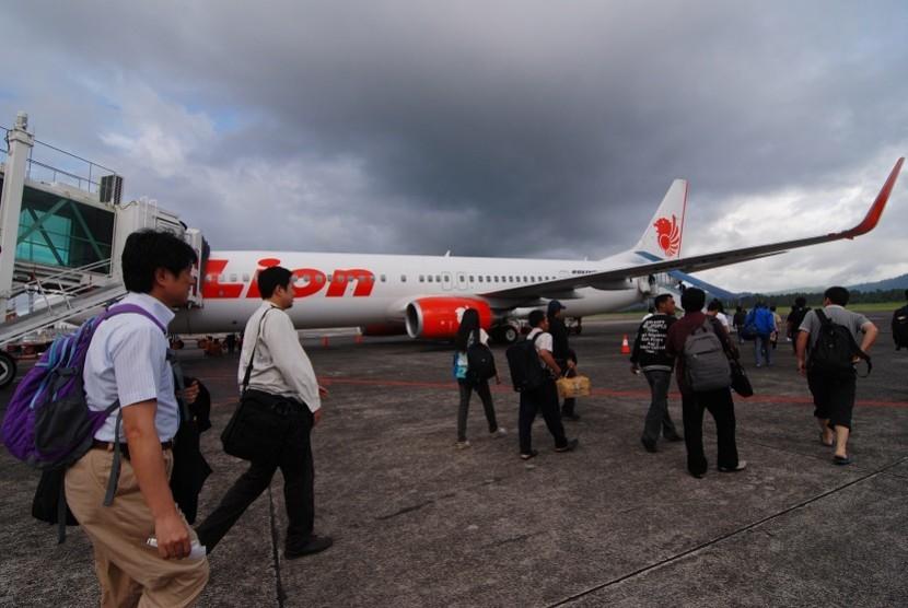 Sejumlah penumpang menuju ke pesawat Lion Air di Bandara Internasional Sam Ratulangi, kota Manado, Sulawesi Utara