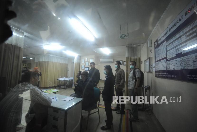 Sejumlah penyidik Komisi pemberantasan Korupsi mendatangi rumah sakit medika permata hijau, Jakarta, Kamis (16/11). Kedatangan penyidik KPK ke rumah sakit medika permata hijau bertujuan menemui tersangka kasus tindak pidana korupsi Setya Novanto yang mengalami kecelakaan pada kamis malam di jalan Permata Berlian.