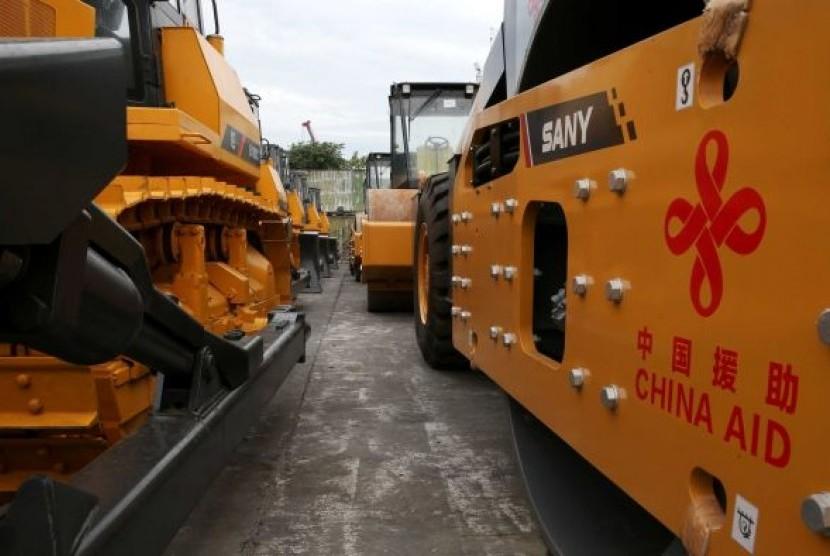 Sejumlah peralatan konstruksi yang diberikan Cina untuk membantu rehabilitasi di kota Marawi, Filipina.