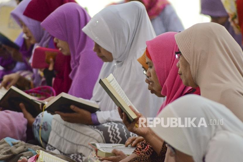 Sejumlah perempuan membaca kitab suci Al Quran