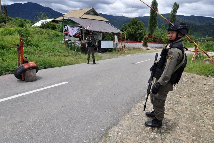 Sejumlah personil Brimob yang tergabung dalam Satuan Tugas (Satgas) Operasi Tinombala 2017 berjaga di Pos Pengamanan di Desa Sedoa, Kecamatan Lore Utara, Kabupaten Poso, Sulawesi Tengah, Minggu (2/4).
