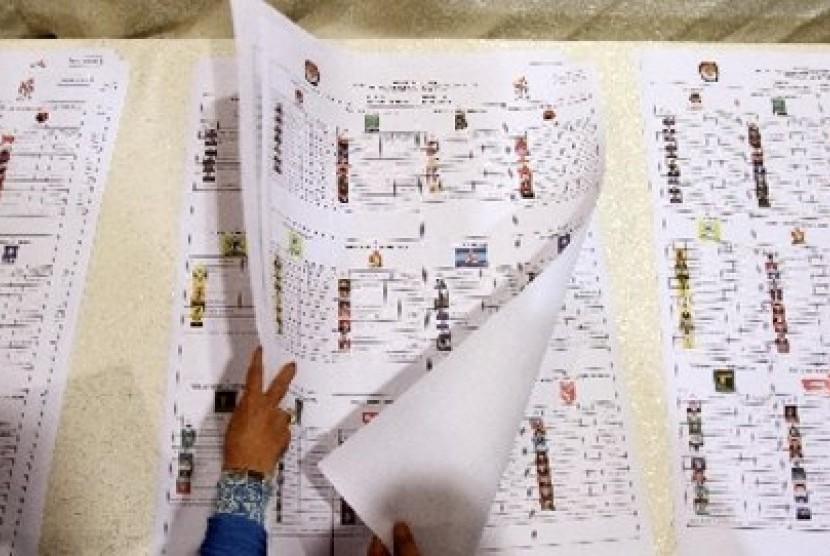 Sejumlah perwakilan parpol peserta Pemilu 2014 memeriksa dan menandatangani lembar Daftar Calon Tetap (DCT).