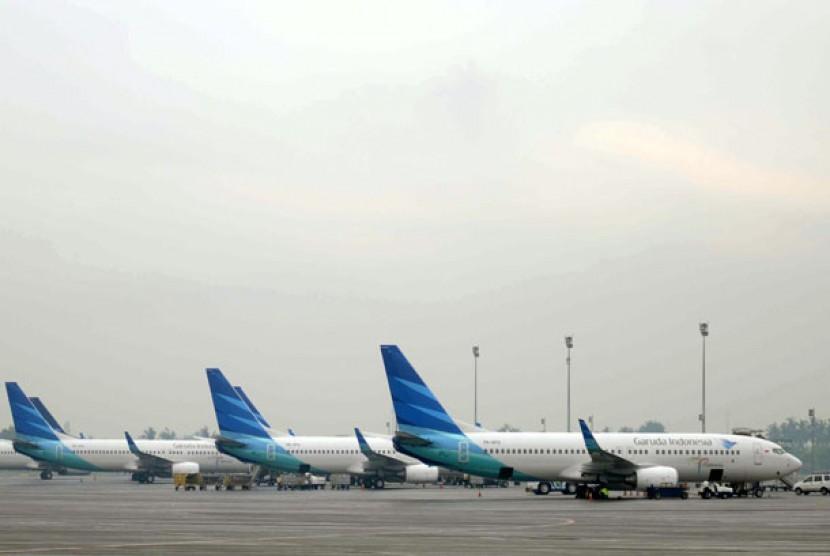 Sejumlah pesawat milik Maskapai Garuda Indonesia parkir di Terminal 3 Bandara Internasional Soekarno-Hatta, Cengkareng, Banten.