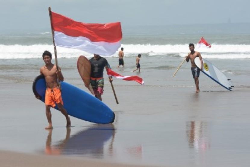 Polda Bali Kibarkan Bendera Merah Putih di Dasar Laut
