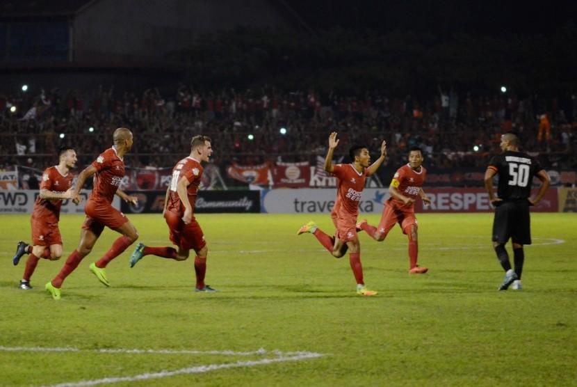 Sejumlah pesepak bola PSM Makassar melakukan selebrasi setelah membobol gawang Persija Jakarta pada laga Liga 1 di Stadion Andi Mattalatta, Makassar, Sulawesi Selatan, Ahad (30/4). Besok PSM akan menjamu Sriwijaya FC.