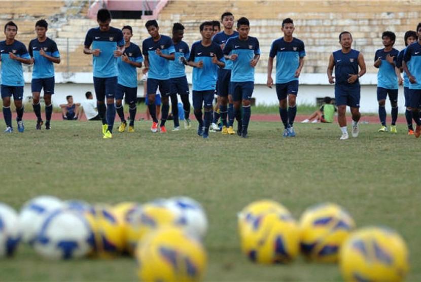 Sejumlah pesepakbola Tim Nasional Indonesia U-19 melakukan latihan di Gelora Delta Sidoarjo, Jawa Timur.