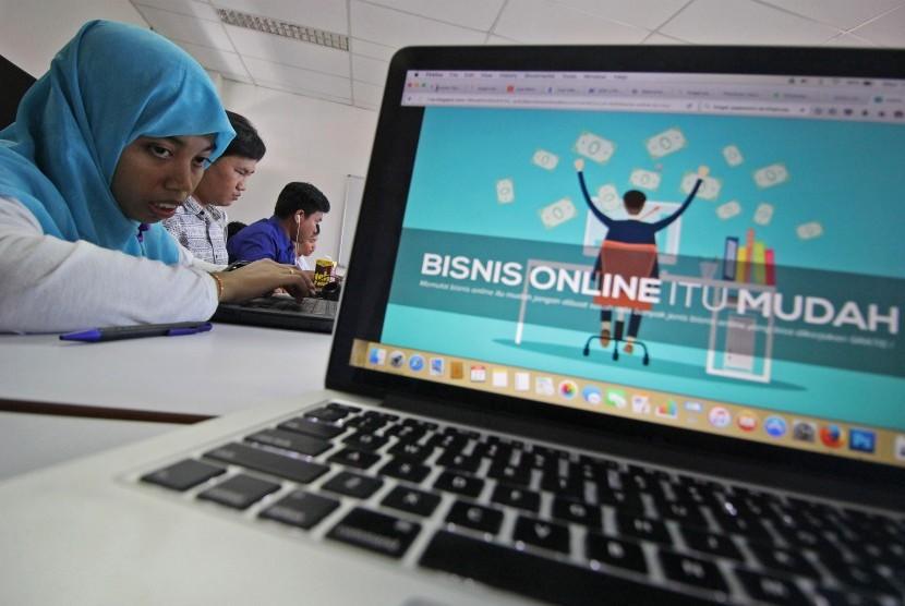 Sejumlah peserta dari Lembaga Pemberdayaan Tunanetra (LPT) mengikuti pelatihan bisnis online di Surabaya, Jawa Timur, Rabu (27/4).