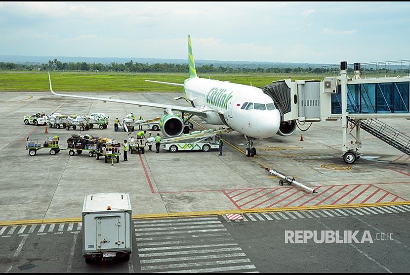 Sejumlah petuagas melakukan aktifitas bongkar muat pesawat di Bandara Lombok International Airport (LIA) di Praya, Lombok Tengah, NTB, Sabtu (2/12).  Lombok International Airport yang merupakan salah satu dari 10 bandara alternatif jika terjadi penutupan Bandara Internasional I Gusti Ngurah Rai, Bali akibat dampak dari abu vulkanik Gunung Agung.