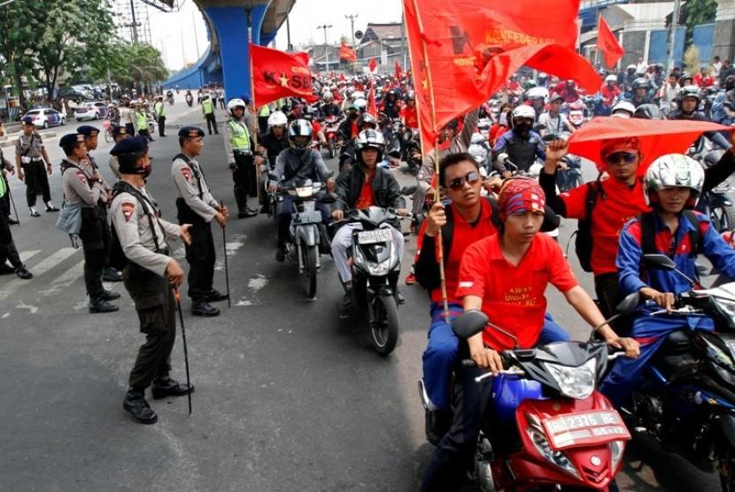 Sejumlah petugas keamanan menjaga berlangsungnya aksi Mogok Nasional Di sekitar Pintu Tol Cikarang Barat, Jawa Barat. Rabu (3/10). Untuk menghindari penutupan tol Jakarta-Cikampek dan aksi yang menjurus pada tindakan makar, sebanyak 2.331 petugas dikerahka