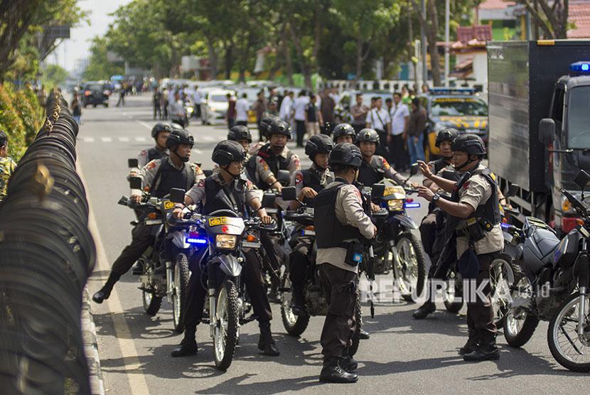 Sejumlah petugas kepolisian bersiaga pascapenyerangan di Polda Riau, Pekanbaru, Riau, Rabu (16/5).
