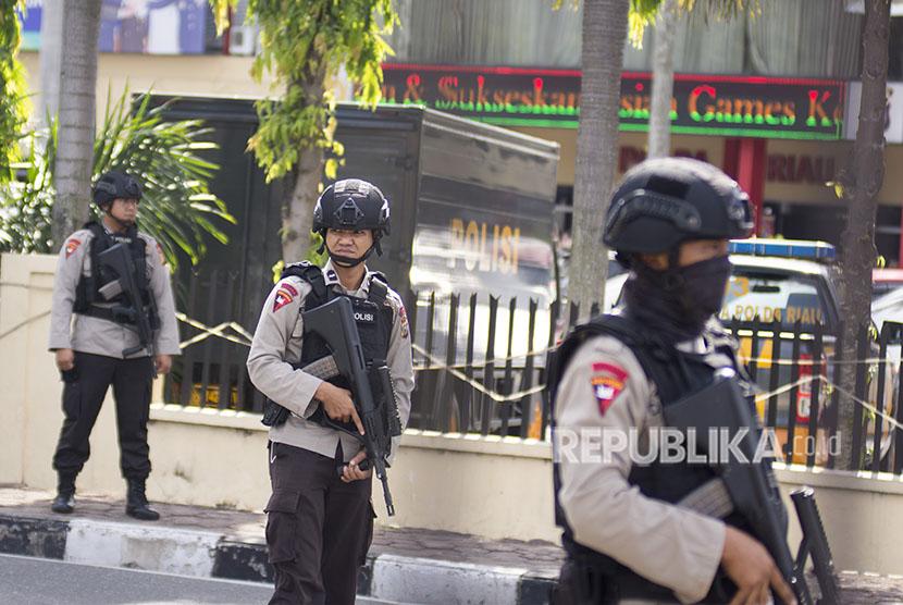 Sejumlah petugas kepolisian bersiaga pascaterjadi penyerangan di Polda Riau, Pekanbaru, Riau, Rabu (16/5).