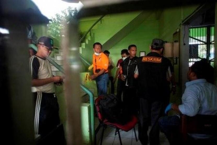 Sejumlah petugas melakukan olah TKP setelah terjadi penyerbuan di Lapas 2B Cebongan, Sleman, Yogyakarta, Sabtu (23/3).