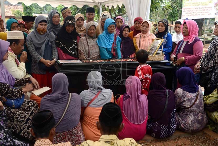 Sejumlah peziarah berdoa di makam almarhum Ustaz Jefry Al Buchori di Tempat Pemakaman Umum Karet, Jakarta, Selasa (1/10).   (Republika/Agung Supriyanto)