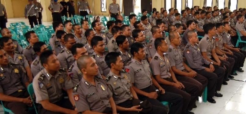 Sejumlah 'polisi nakal' yang terlibat dalam kasus narkoba mendengarkan arahan dari Kapolda Aceh, Irjen Pol Iskandar Hasan, di Mapolda Aceh, Selasa (13/12).
