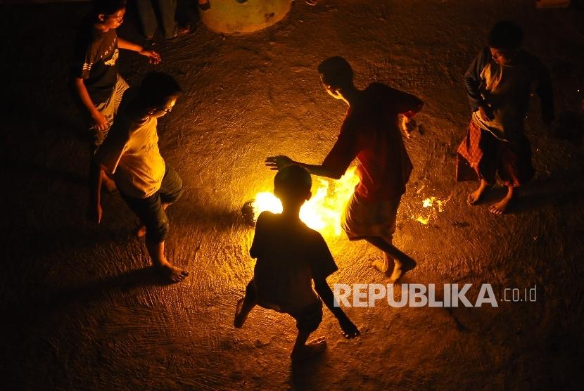 Sejumlah remaja bermain sepakbola api.