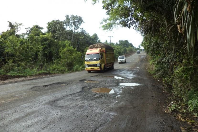 Sejumlah ruas jalan lintas timur (Jalintim) Sumatra wilayah Provinsi Lampung yang menghubungkan Kota Palembang, Sumatra Selatan (Sumsel), banyak berlubang.