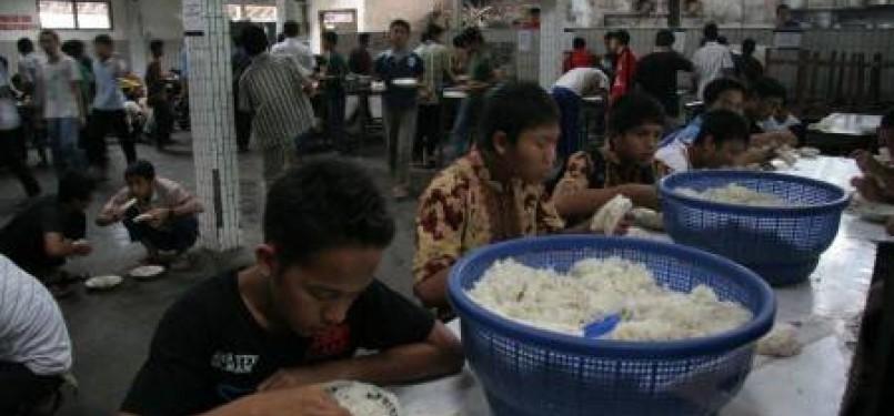 Sejumlah santri makan siang di dapur umum asrama putra pondok pesantren Wali Barokah, Dewan Pimpinan Pusat (DPP) Lembaga Dakwah Islam Indonesia (LDII), Kediri, Jawa Timur, Kamis (5/5).