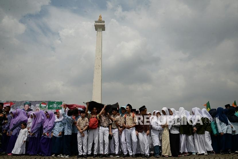 Sejumlah santri mengikuti upacara petingatan hari santri di pelataran Monas, Jakarta, Sabtu (22/10).