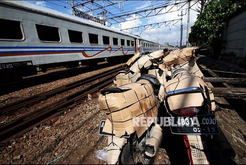 Sejumlah sepeda motor yang akan di kirim dengan menggunakan jasa kereta api terparkir di Stasiun Pasar Senen, Jakarta, Jumat (16/6). H-9 menjelang lebaran Idul Fitri, jasa pengiriman motor menggunakan jasa kereta api mengalami peningkatan seratus persen daripada bulan biasa.