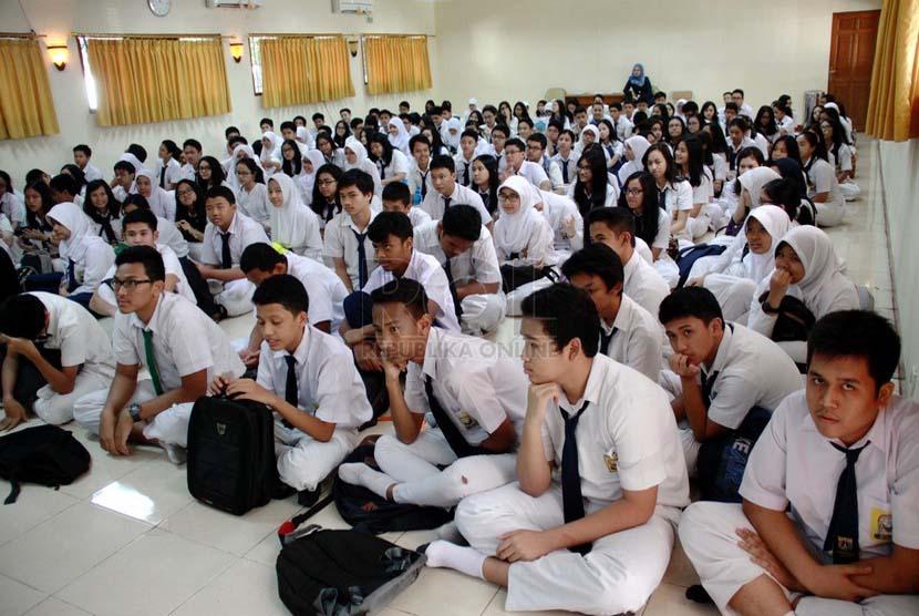 Sejumlah siswa baru mengikuti Masa orientasi siswa (MOS) saat hari pertama masuk sekolah di SMAN 8 Jakarta, Senin (14/7). (Republika/ Yasin Habibi).