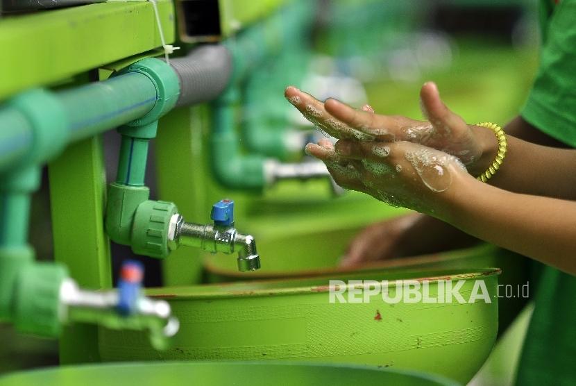 Sejumlah siswa dan siswi SD melakukan cuci tangan dalam rangka memperingati Hari Cuci Tangah Sedunia 2016 di Halaman Sekolah SD Negeri Karang Pawulang, Jl Karawitan, Kota Bandung, kamis (27/10).