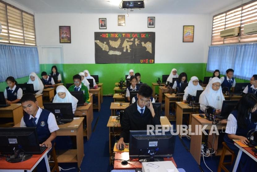 Sejumlah siswa melakukan Ujian Nasional Berbasis Komputer (UNBK) di SMP Negeri 30, Jakarta Utara, Senin (9/5).