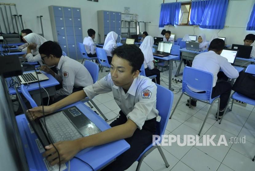 Sejumlah siswa SMP mengikuti Ujian Nasional Berbasis Komputer (UNBK).