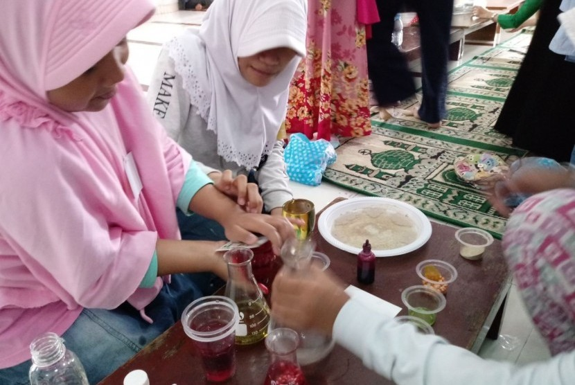 Sejumlah siswa mengikuti kegiatan Fun Science and Math di SD Muhammadiyah 5, Kebayoran Baru, Jakarta, Sabtu (17/2).