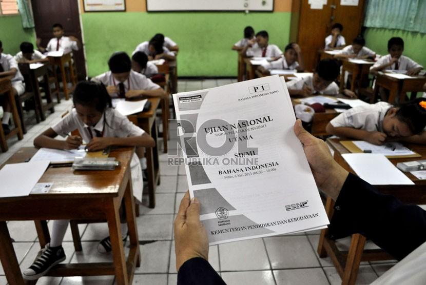 Sejumlah siswa mengikuti Ujian Nasional (UN) mata pelajaran Bahasa Indonesia di SDN Balimester 01, Jatinegara, Jakarta Timur, Senin (6/5).  (Republika/Prayogi)