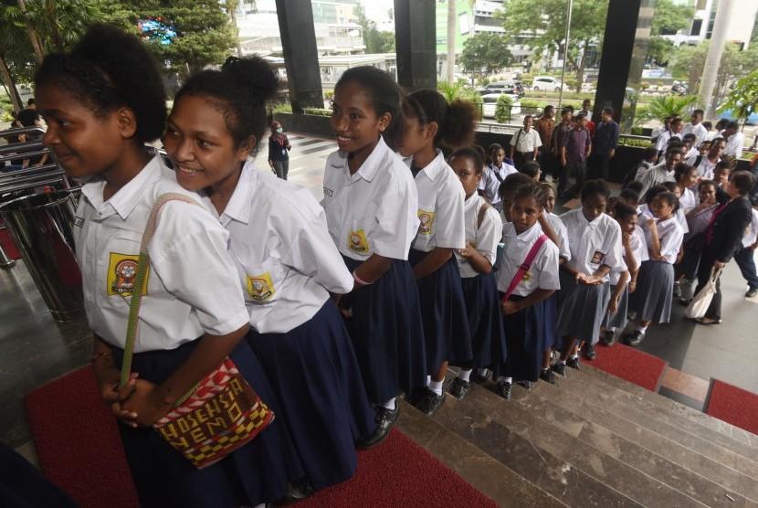 Sejumlah siswa Papua dan Papua Barat dari Sekolah Anak Indonesia memasuki Gedung KPK saat melakukan kunjungan di Jakarta, Selasa (8/3).